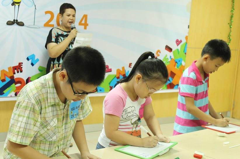 Vũ Anh (ngoài cùng bên trái) tham gia chung kết Edumax - Spelling Bee 2014