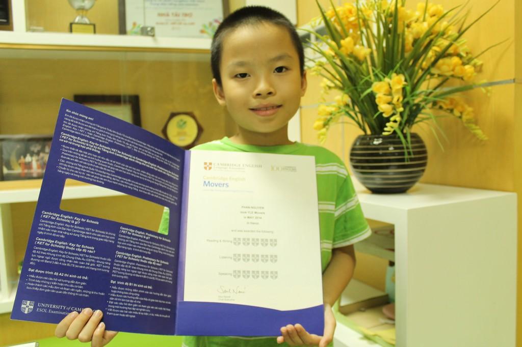 """Nguyễn Phan vui vẻ khi cầm trên tay chứng chỉ đạt điểm """"tuyệt đối"""" của mình."""