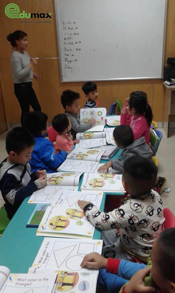 Cả lớp nghiêm túc bắt đầu giờ học