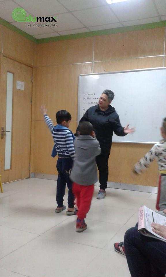 Các con hào hứng tham gia hoạt động với giáo viên Nước ngoài
