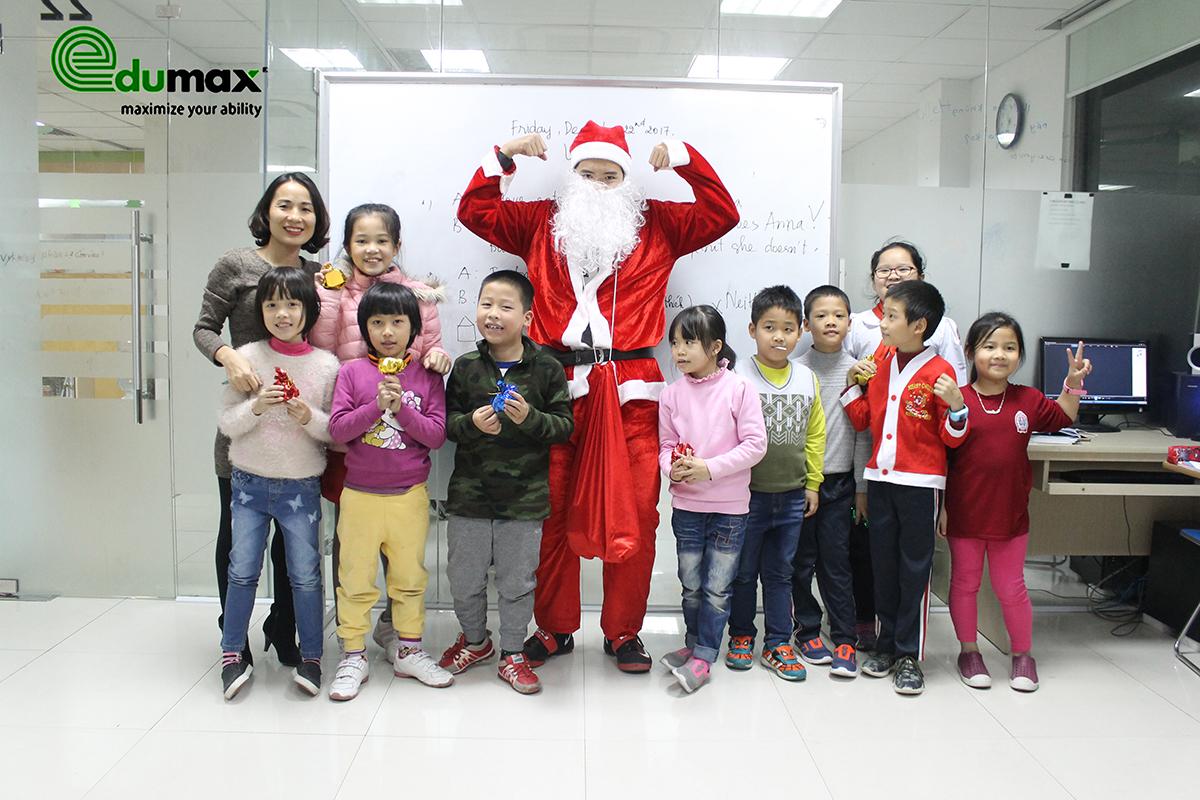Các con chụp ảnh kỉ niệm cùng với ông già Noel