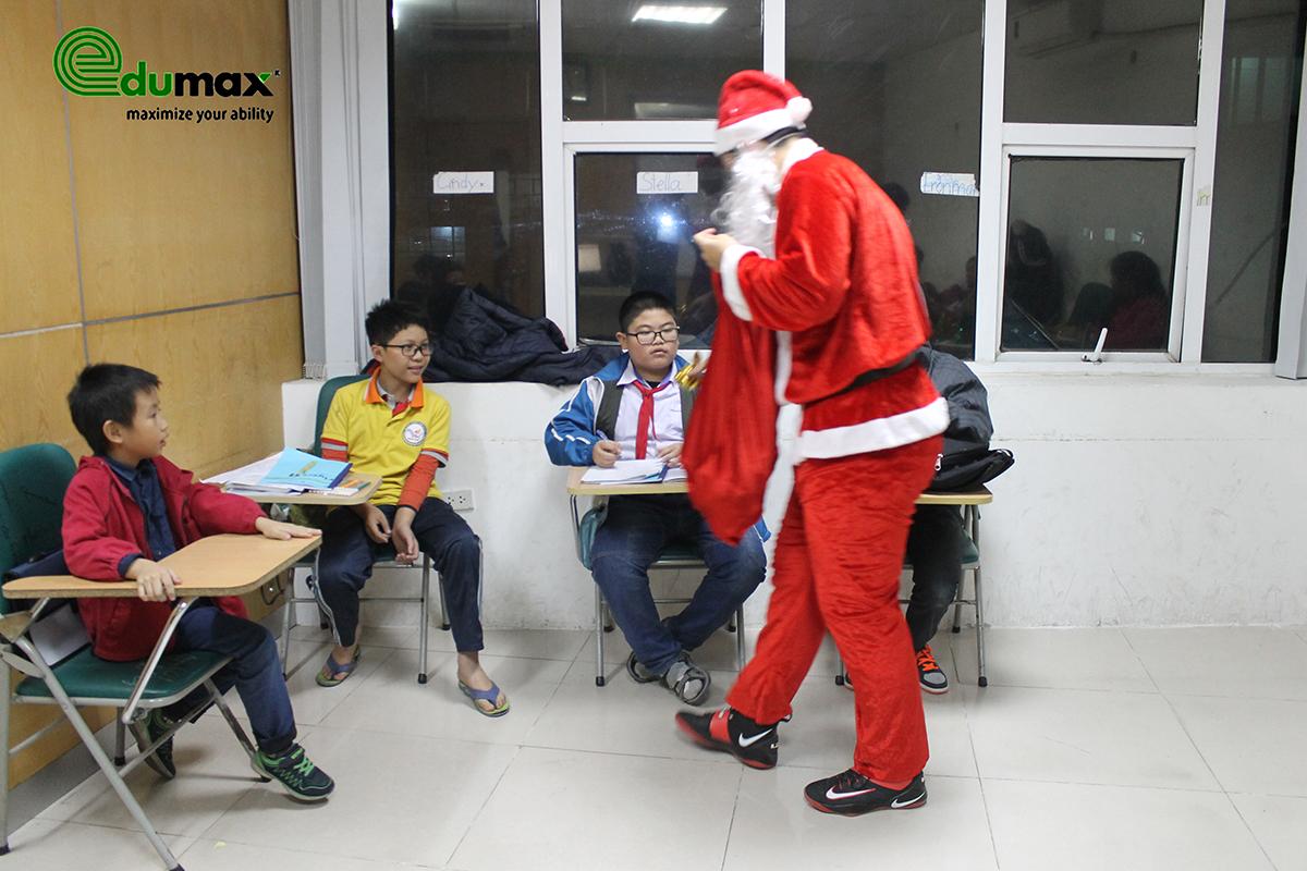 Ông già Noel tặng quà Giáng sinh cho các học viên